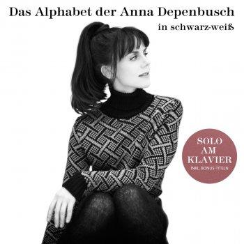 Testi Das Alphabet der Anna Depenbusch in Schwarz-Weiß. Solo am Klavier